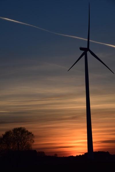 Eolienne devant un coucher de soleil