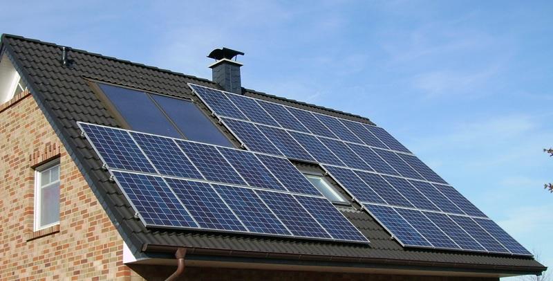 Panneux photovoltaiques sur un toit